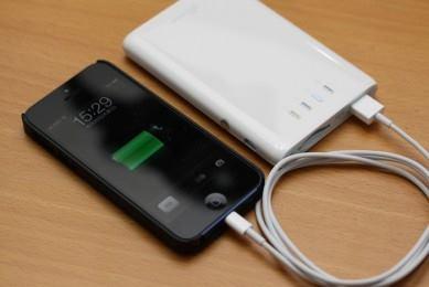 充電用小型バッテリーとスマートフォンの写真
