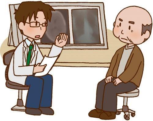 医者から診断結果を聞く年配の男性