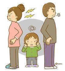 喧嘩をする夫婦と子供