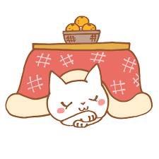 コタツの中で居眠りしてるネコ