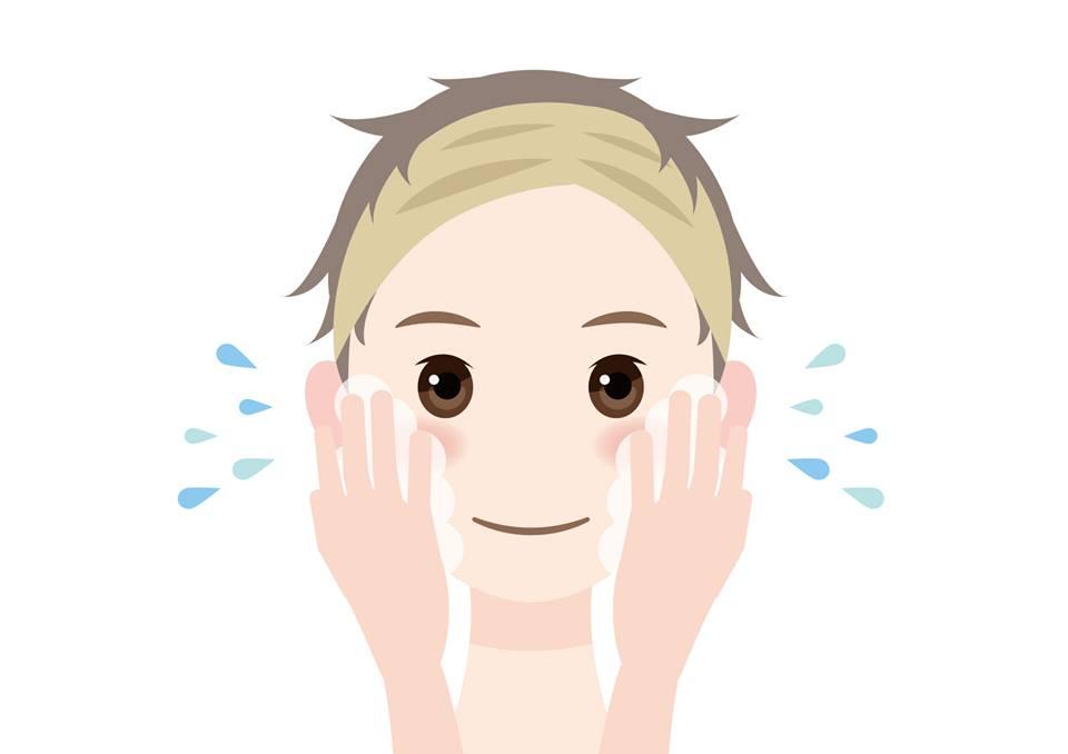 顔を水で洗う若い女性