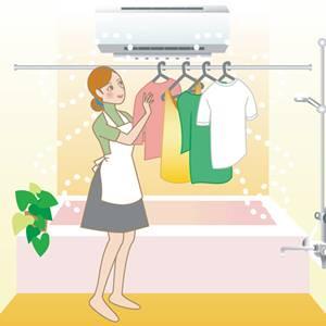 洗濯物をバスルームに干す女性