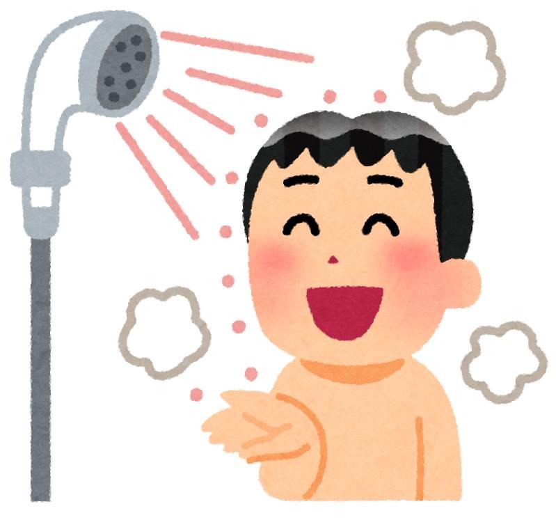 笑顔でシャワーを浴びる男性