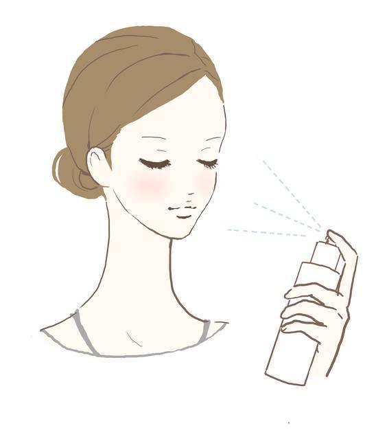 化粧水を顔に噴霧する女性
