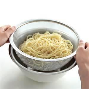 ラーメンの麺を洗う