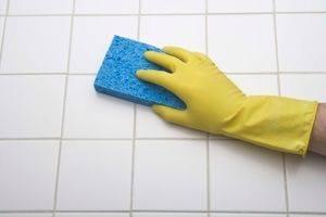 ゴム手袋をしてタイルを洗っている写真